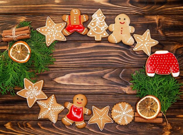 Надпись надписи на зимний праздник. счастливого рождества текст с вечнозелеными ветвями xmas