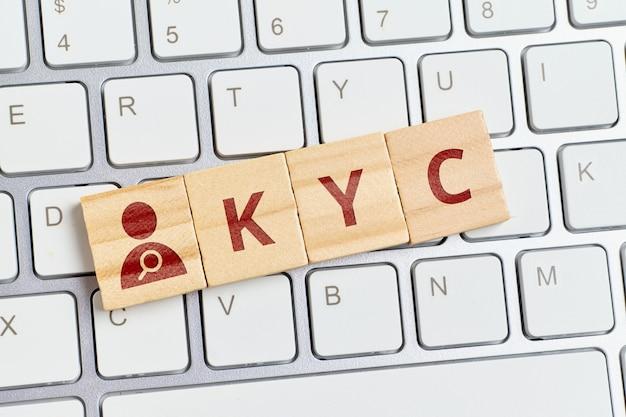Надпись kyc с абстрактной персоной на клавиатуре.