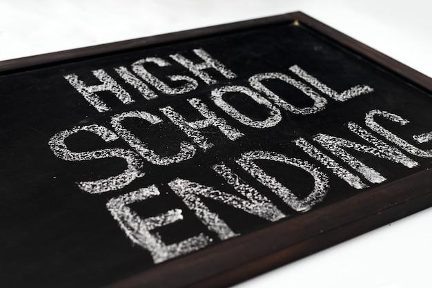 白い背景の上の学校の黒板、高校の終了テーマのレタリング