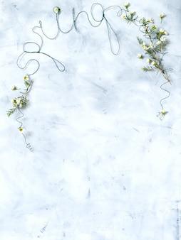 灰色の背景上の白い花と春をレタリング