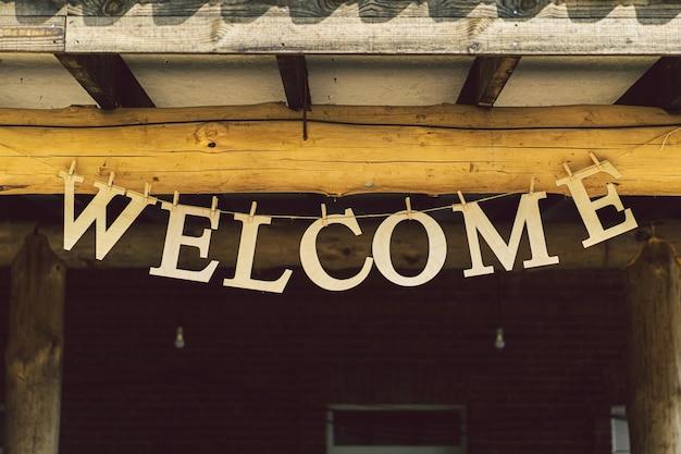 家の入り口のテラスにぶら下がって手紙を歓迎します