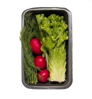 양상추, 딜, 무, 흰색 배경에 컨테이너에 녹색 양파. 신선한 채소. 생태 학적 식품, 적절한 영양