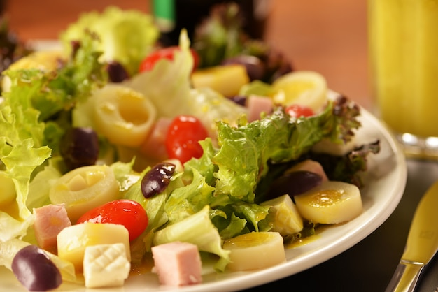 Lettuce salad, cherry tomatoes, heart of palm, fresh cheese, black olives and cooked ham