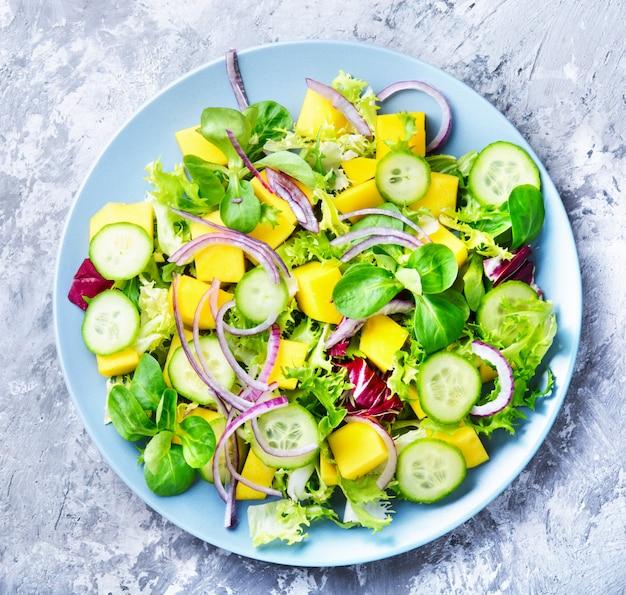 Lettuce salad with mango slices