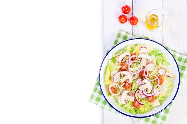 Свежие листья салата с помидорами и грибами