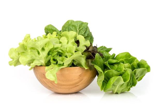 白い表面に分離されたレタス野菜。