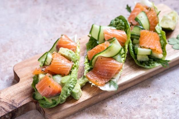 Тако с копченым лососем в салате со свежим огурцом, авокадо и перепелиными яйцами