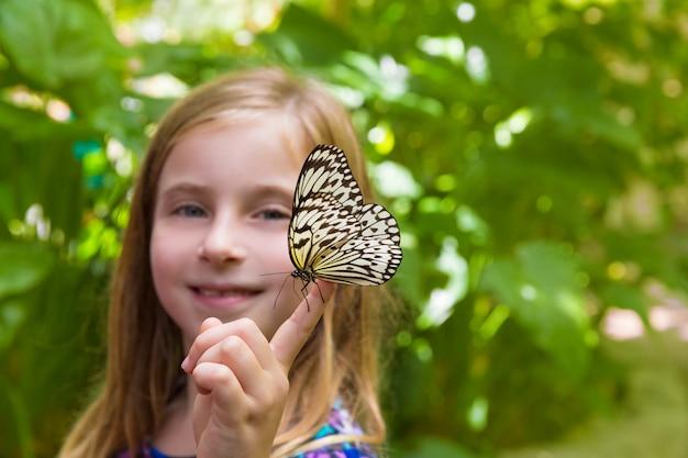 ライスペーパーの蝶のアイデアleuconoeを保持している女の子