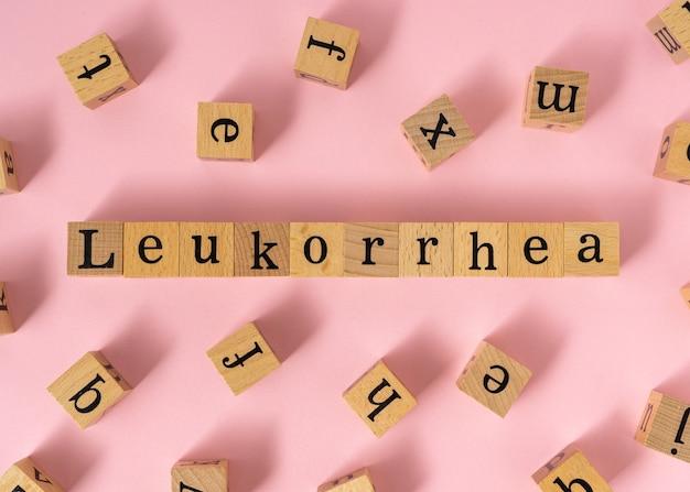 Слово лейкорея на деревянном кубе.
