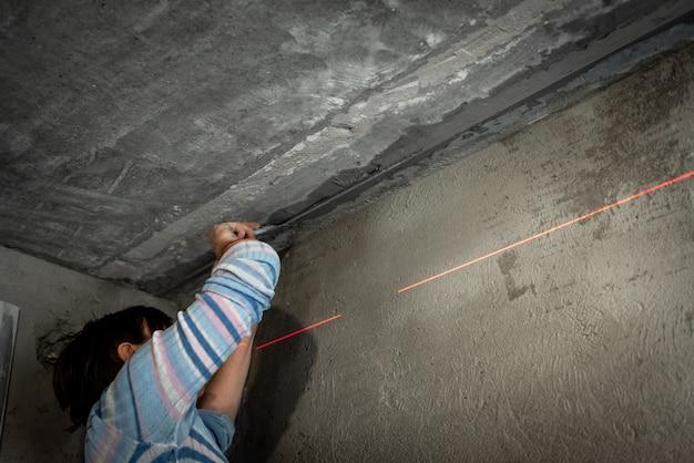 ビーコンを使用した石膏による天井の水平調整。