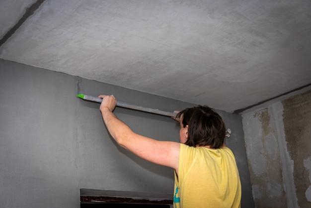 Выравнивание потолка штукатуркой с помощью маяков.