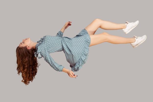 Левитация с закрытыми глазами спит во время полета в комфортном мирном сне