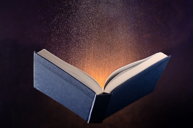 Левитирующая открытая книга и спецэффекты из книги