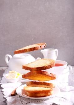Концепция питания левитации - тосты на завтрак, полет