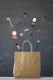 Левитационная фотография макияжа из сумки для покупок
