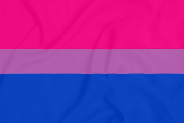 Лгбт бисексуальный флаг сообщества гордости на фактурной ткани. символ гордости