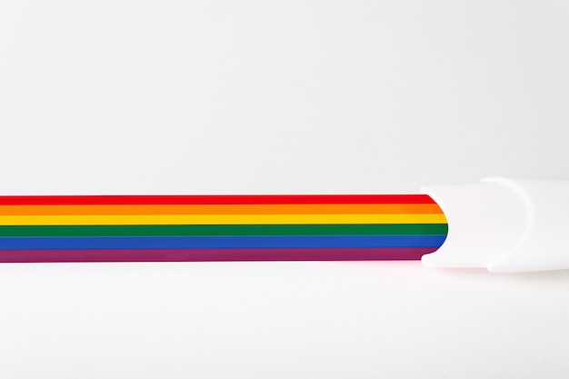 レインボーフラッグライトの背景のコピースペースの色で着色されたバンドで同性家族の妊娠検査の子供を持つlgbtの概念