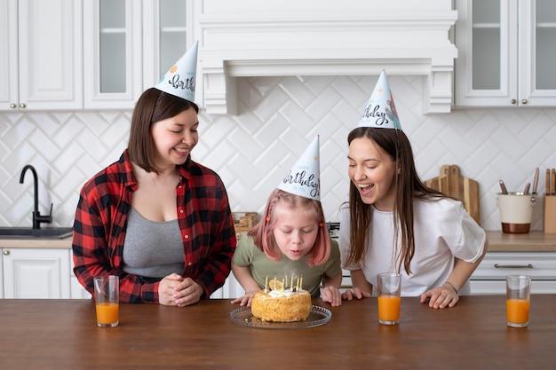 그녀의 생일에 딸과 함께 시간을 보내는 lgbt 커플