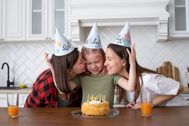 彼女の誕生日に娘と一緒に時間を過ごすlgbtのカップル