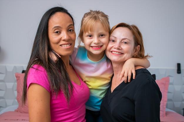 Lgbtの多様性レズビアンカップルは娘と幸せを瞬間します。家族の概念
