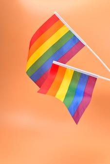 Флаг лгбт на оранжевом фоне. скопируйте пространство.