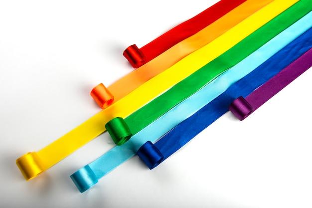 Lgbt 깃발, 새틴 리본 형태의 성적 소수자의 무지개 상징. 동성애 중지 프리미엄 사진