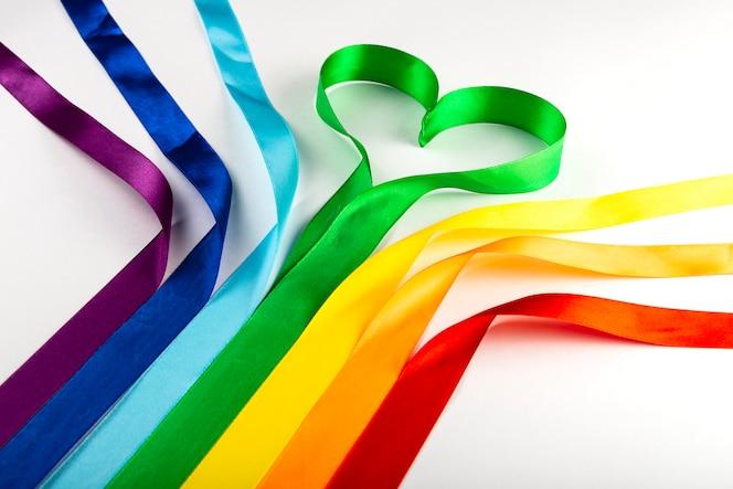 bandiera lgbt, simbolo arcobaleno delle minoranze sessuali sotto forma di nastri di raso.