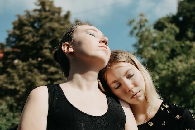 Lgbt 레즈비언 한 쌍 사랑 moment concept 두 젊은 레즈비언 여자 hugging 과 walking 야외에서 행복