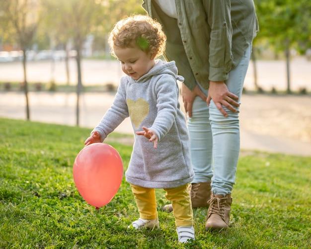 Madre lgbt all'aperto nel parco con il suo bambino