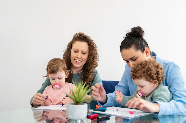 집에서 lgbt 어머니가 자녀와 함께 그림 그리기