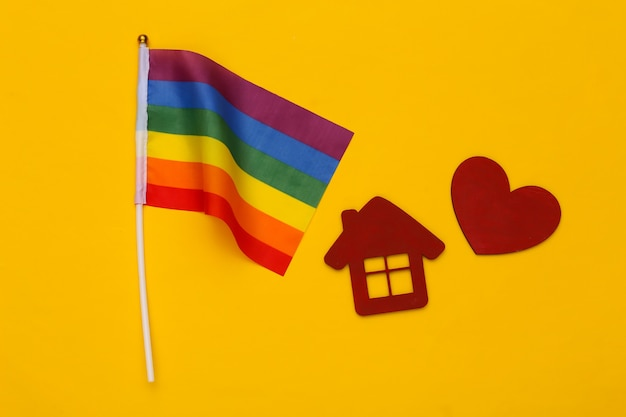 Lgbt 무지개 깃발 집과 노란색 바탕에 붉은 마음. 사랑에는 성별이 없습니다. 관용, 자유