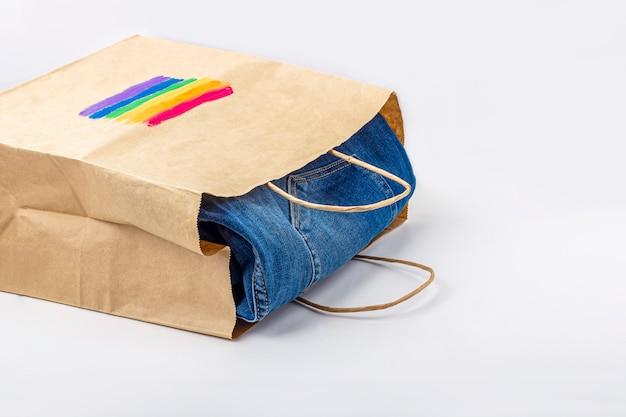 Радужный флаг лгбт, нарисованный на бумажном подарочном пакете с джинсами