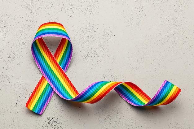 Lgbt 무지개 리본 자부심 상징. 동성애 혐오를 멈춰주세요. 회색 배경입니다.