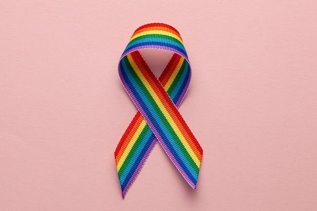 Lgbt 무지개 리본 자부심 상징. 동성애 혐오를 멈춰주세요. 분홍색 배경입니다.