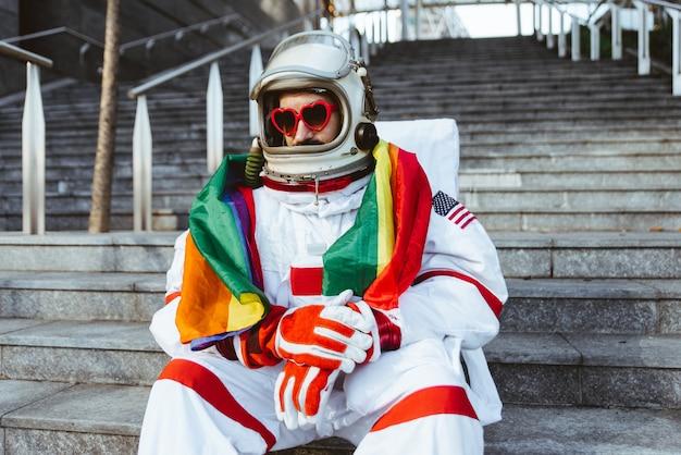 Лгбт-космонавт на футуристической станции человек в скафандре гуляет по городу