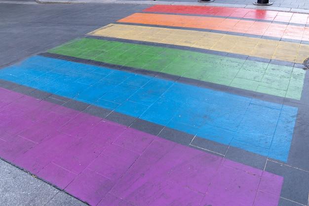 虹色の旗lgbtの横断歩道でゲイフレンドリーな都市交差点