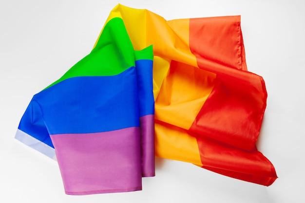 白で隔離lgbt虹色の旗を振る