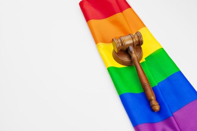 Деревянный молоток судьи и изолированный флаг радуги lgbt. закон и лгбт