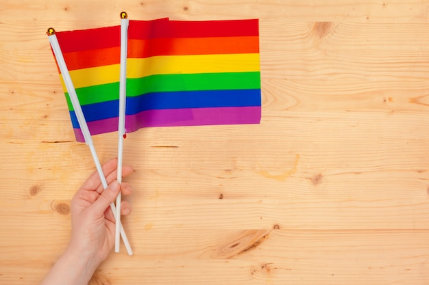 手にlgbtコミュニティの旗