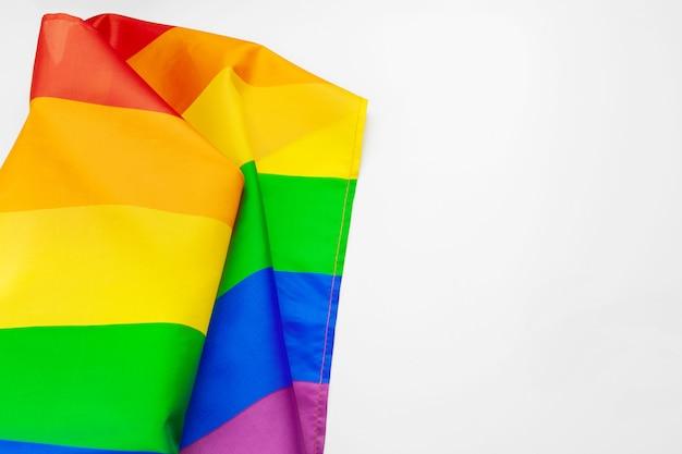 白い背景に分離されたlgbt虹色の旗を振る