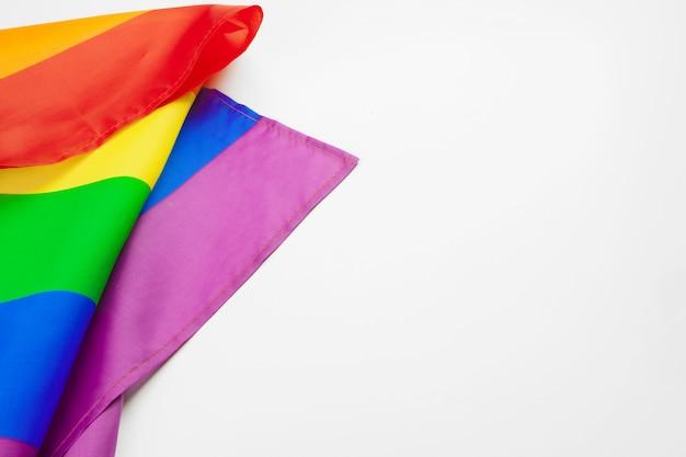 白い背景に分離されたlgbtプライド虹色の旗