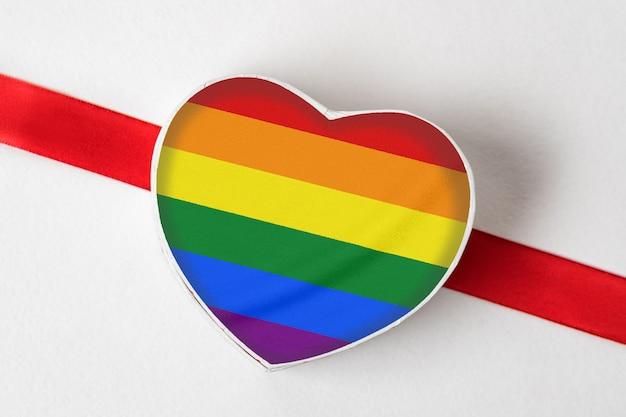 性的マイノリティの旗が付いたハート形ボックス。 lgbtの許容範囲の概念。 、 上面図