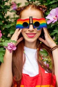 彼女の顔と虹のサングラスにlgbtフラグと赤髪の女性