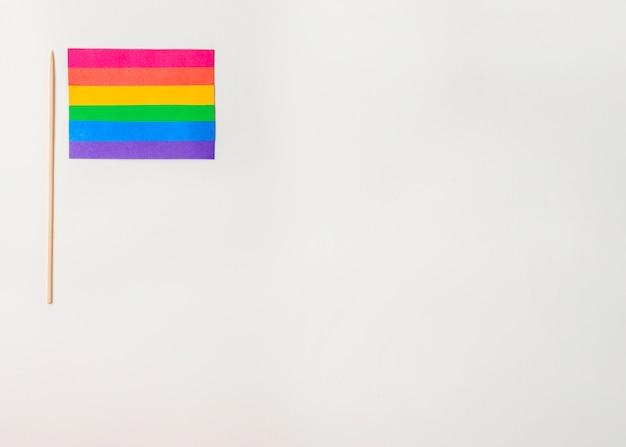 杖と明るいlgbt紙の旗