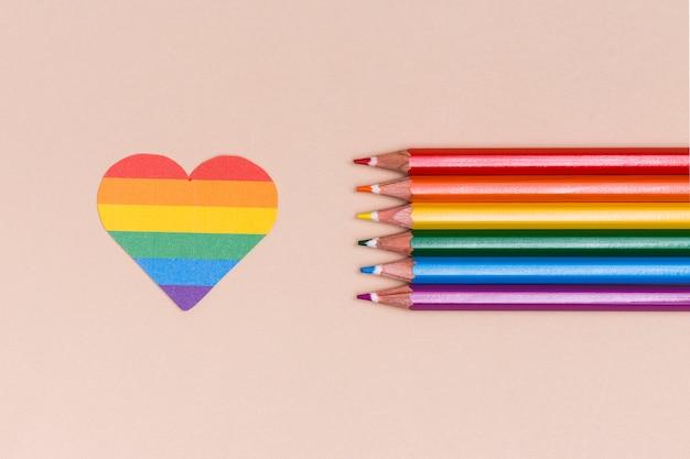 レインボーlgbtハートと色とりどりの鉛筆