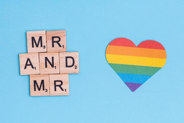 Фраза мистер и мистер на деревянных блоках и сердце lgbt