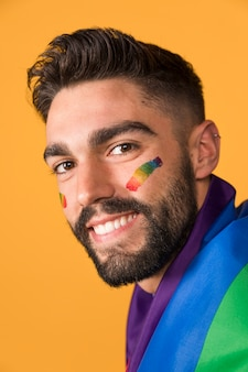 Lgbtの虹色の旗で覆われて幸せな同性愛者の男