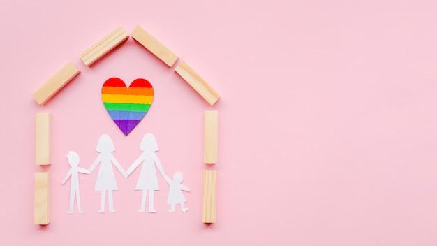 コピースペースとピンクの背景にlgbt家族概念の構成