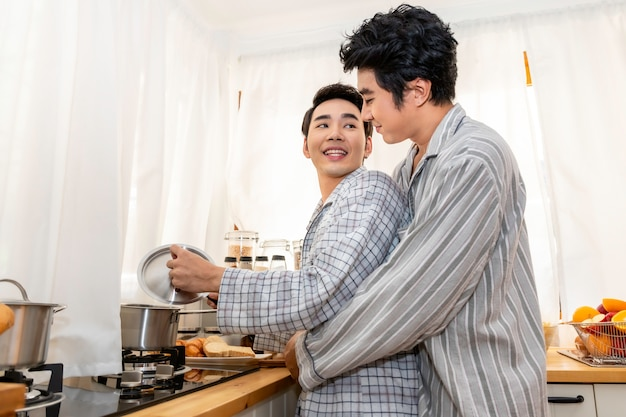 アジアの同性愛カップルが一緒に台所で料理。コンセプトlgbtゲイ。