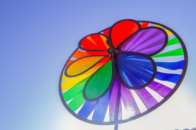 虹lgbtプライド紡績風車。性的マイノリティ、同性愛者、レズビアンのシンボル